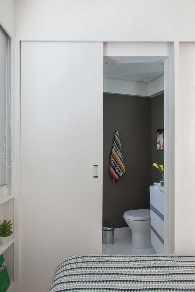 12 - Discreet, this sliding door guarantees the optimization of the bedroom and bathroom area.