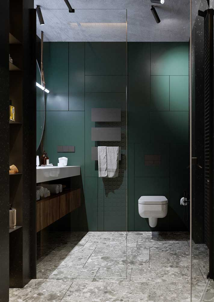 13. Sober and neutral tones mark the decor of this bathroom.