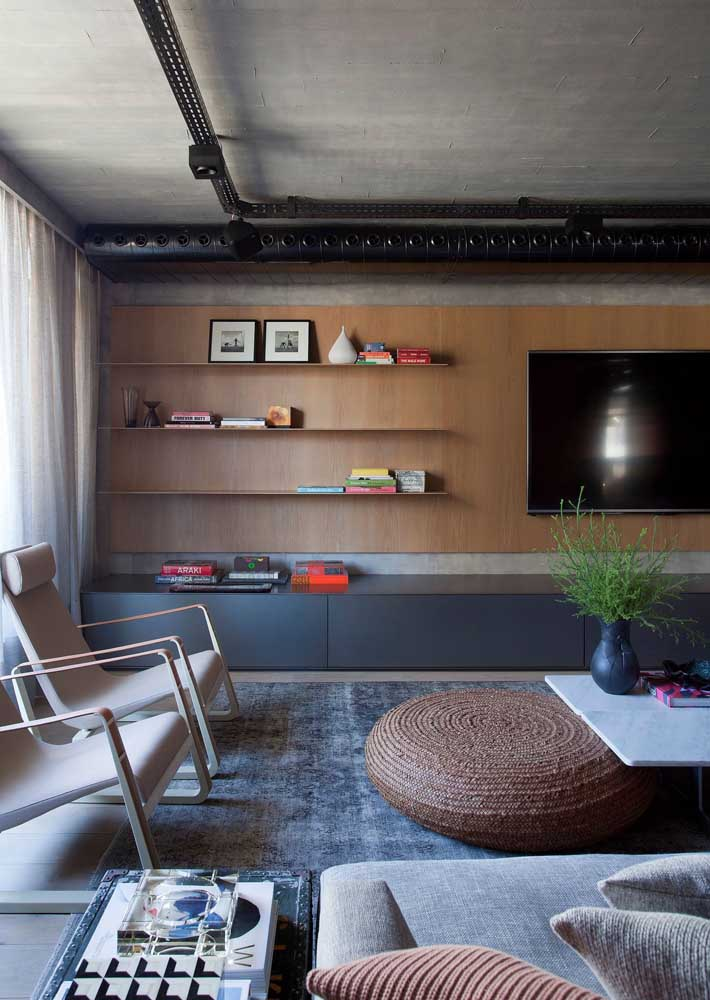 14. Here, the wooden panel brings comfort and warmth in contrast to the burnt cement wall.