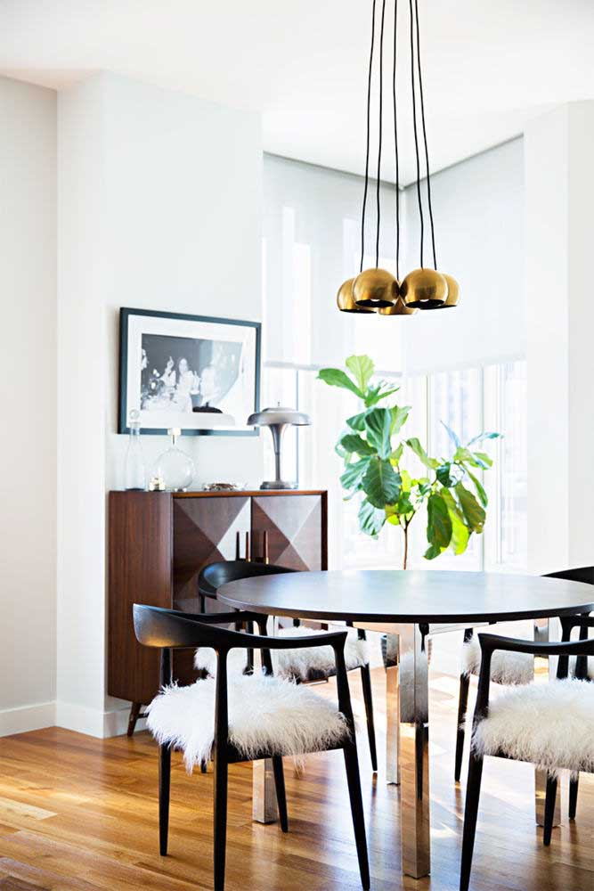 14. When modern and retro come together, the result is a dining room like the one in the picture.