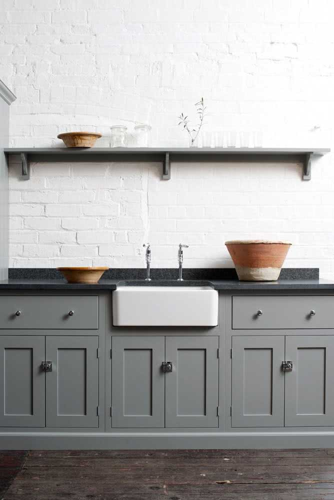 16 - This kitchen that strolls through the rustic and the modern brings a black granite countertop matching the shelf.