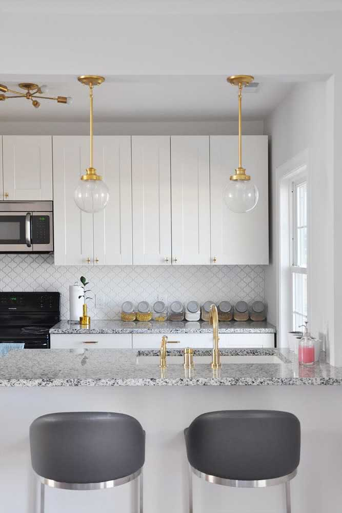 18 - As for the modern kitchen, the bet was on gray granite for the two countertops.