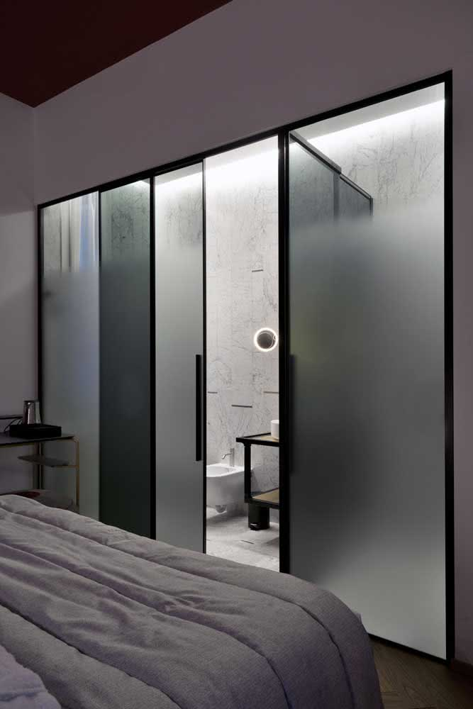 18 - Sliding glass door to the bathroom of the suite. Highlight for the use of sandblasted glass in composition with the black frame.