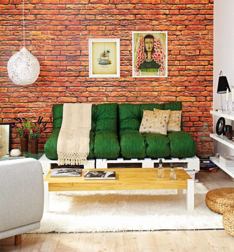 18. In this living room, the choice was for a white pallet sofa with green pillows