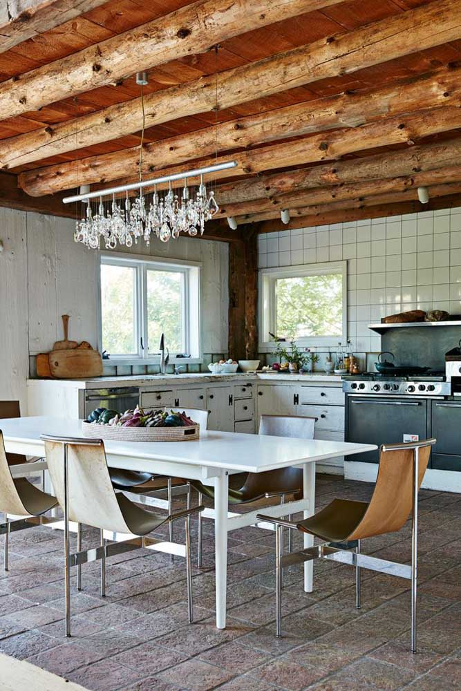 18. The highlight here is the contrast between the rustic wood of the ceiling and the furniture of modern design.