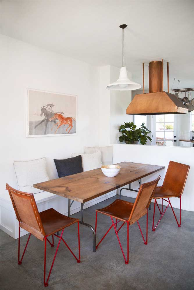 19. Rustic and simple decoration in the integrated dining room.