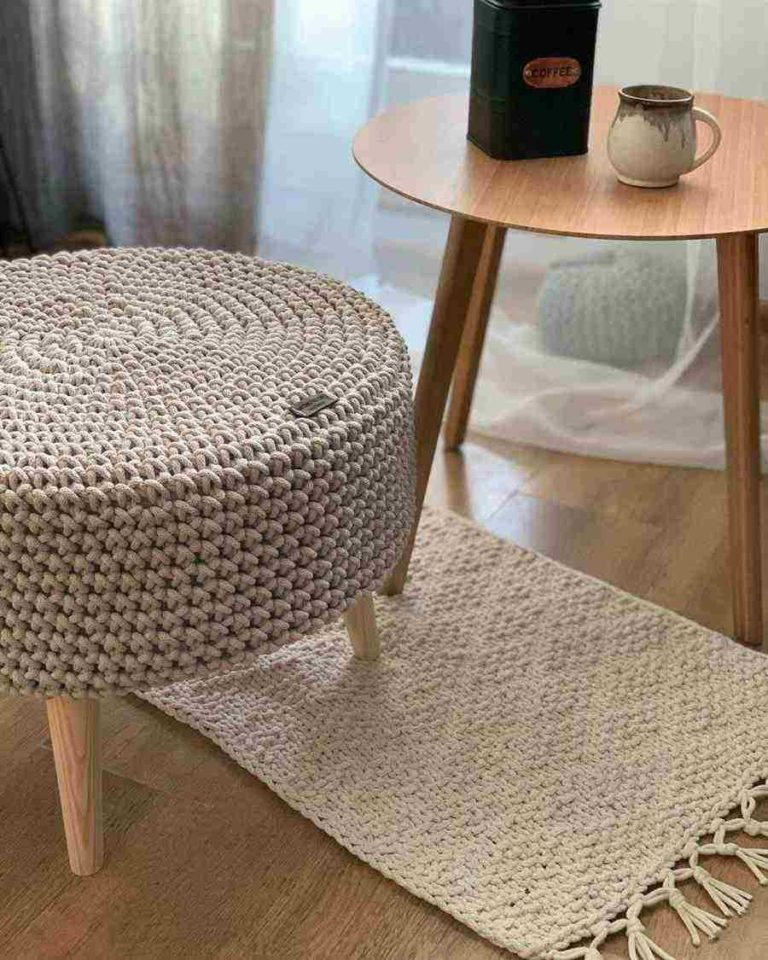 20 - Small room decoration with puff and side table