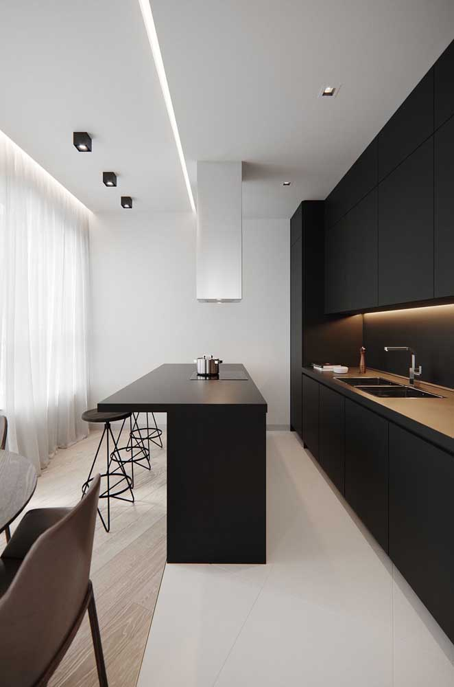 20. Small kitchen in a linear format;emphasis on the contrast between the black of the furniture and the white of the walls.