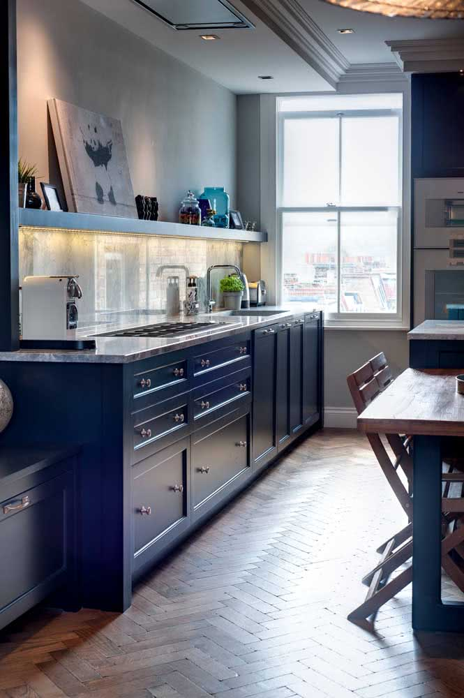 21 - The blue cupboard of this kitchen was even more beautiful with the light gray granite stone.
