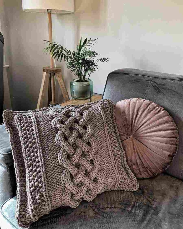 22 - Decoration with knitted pillow with braid