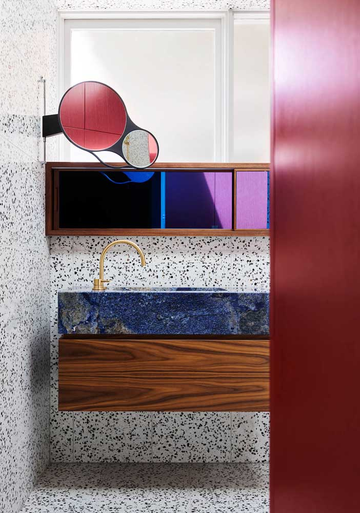 22. Granilite, marble and wood a daring composition.