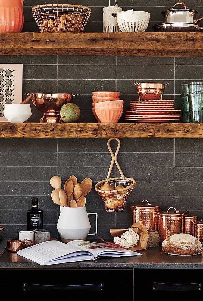 22. Wood, copper and ceramics: objects of rustic decoration for the kitchen.