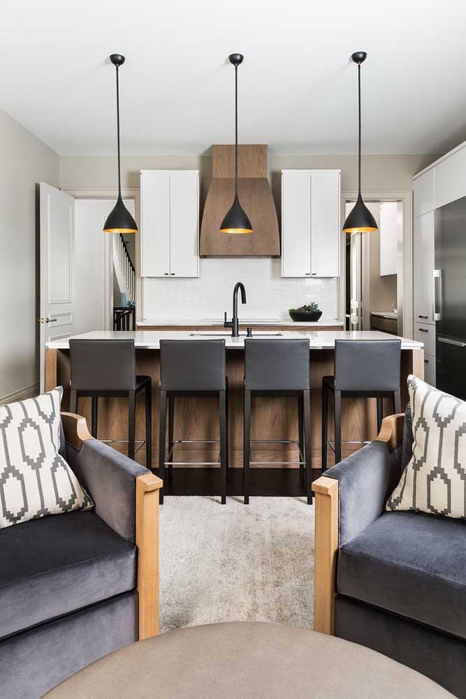 23. Small kitchenette integrated into the living room;the stools around the counter offer a gourmet experience.