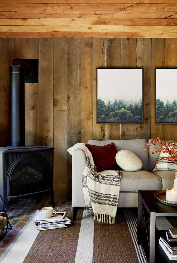 23. The fireplace makes the rustic decor even more cozy