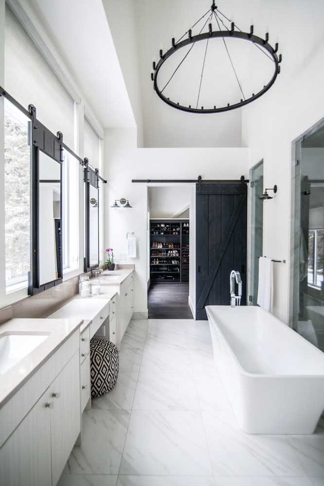 24 - For the bathroom in neutral tones, the black sliding door fell like a glove