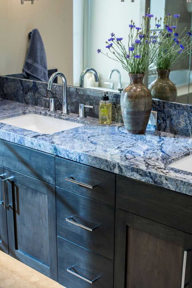 26 - You can be moved by how beautiful this blue granite countertop is.