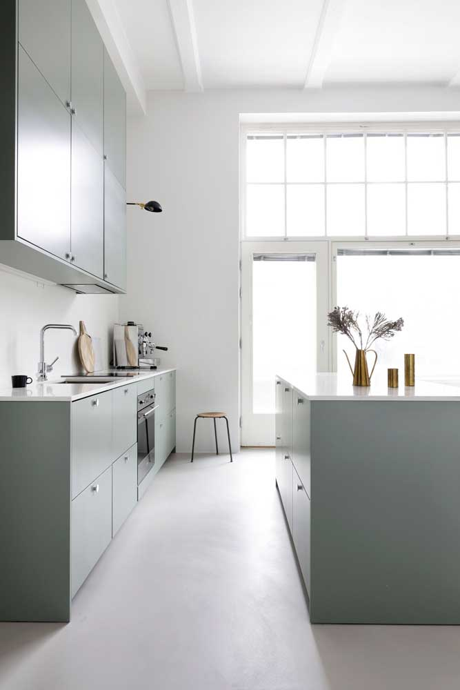 27. Notice that in this project, the American kitchen brought cabinets built into the counter that forms the island.