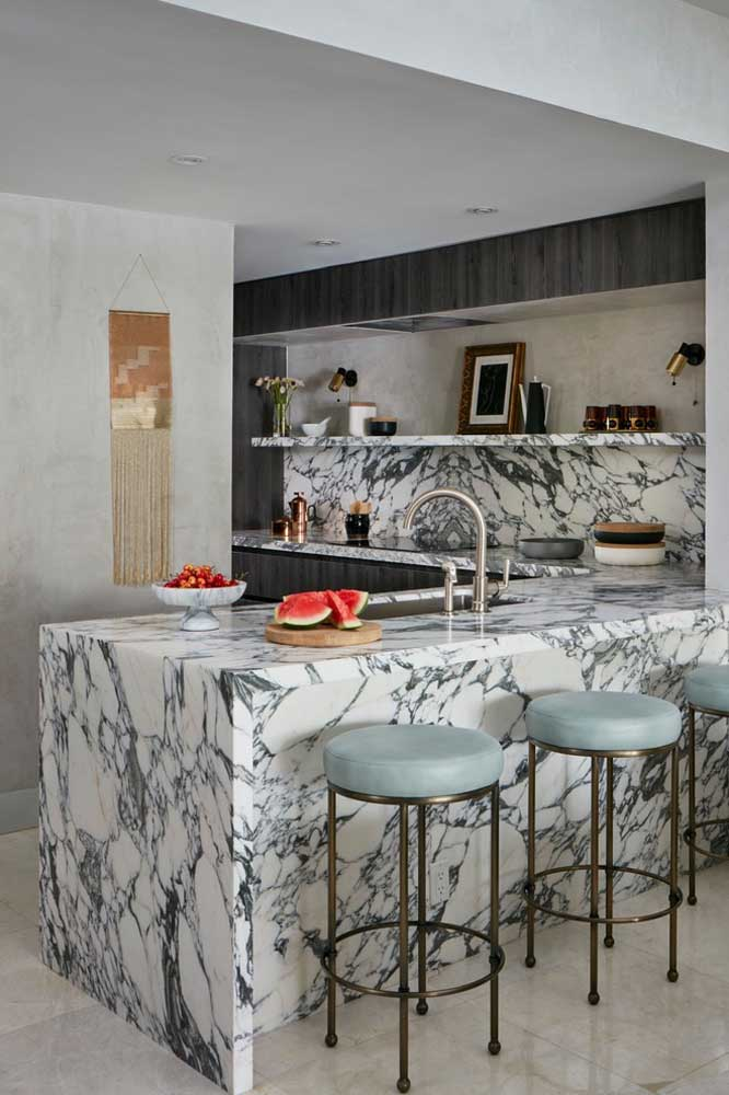 32. This small American kitchen bet on the use of marble to stand out.