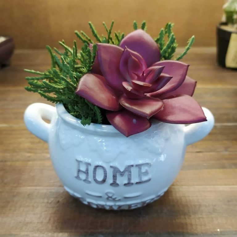 33 - Mini artificial flower arrangement to decorate the coffee table or corner table