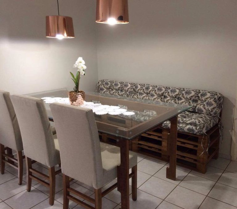 33. Don't have enough space at home for more chairs at the dining table? Bet on a pallet sofa