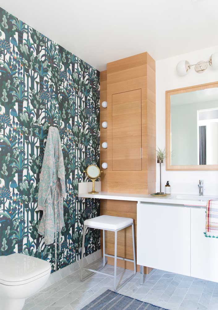 33. Wallpaper is a simple and inexpensive decoration solution for the bathroom.