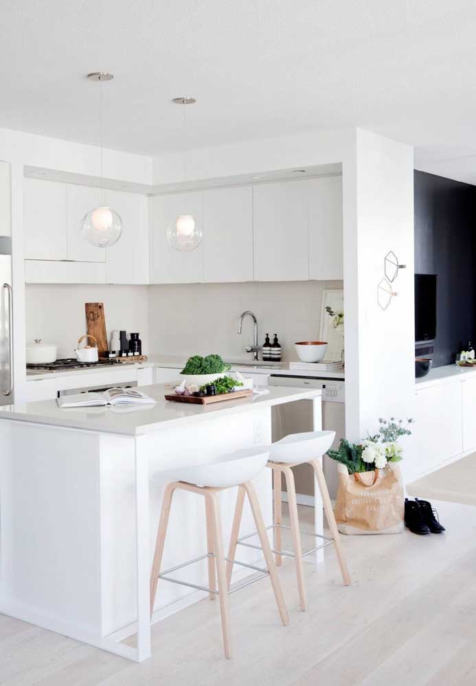 33. White American kitchen with island;a timeless model that is always in evidence.