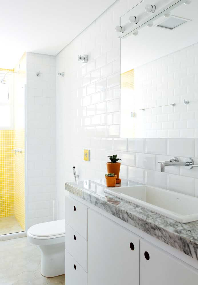 35 - For a traditional bathroom, invest in white tiles and a gray countertop.