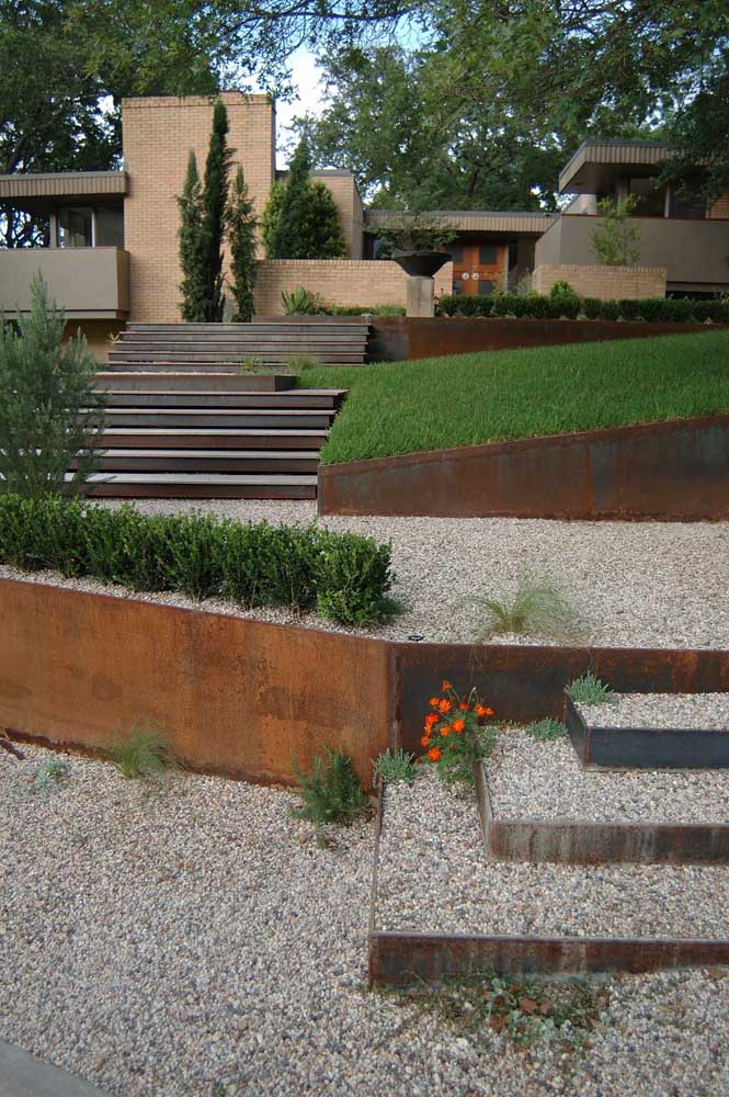 35. Corten steel is a great option for decorating gardens and backyards.