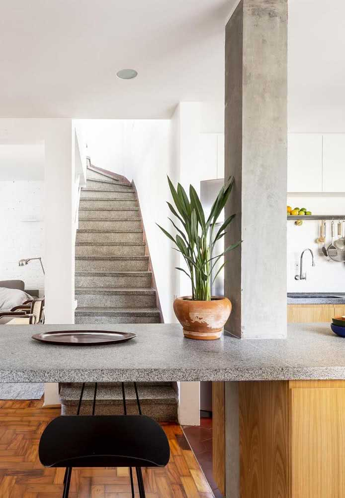 36 - Here, the gray of the burnt cement matches perfectly with the gray granite countertop.