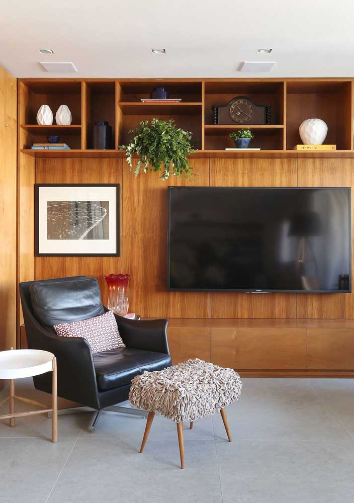 36. TV panel with rack and shelves: functional and beautiful.