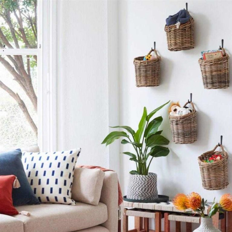 40 - Wicker baskets hanging on the wall to organize and decorate