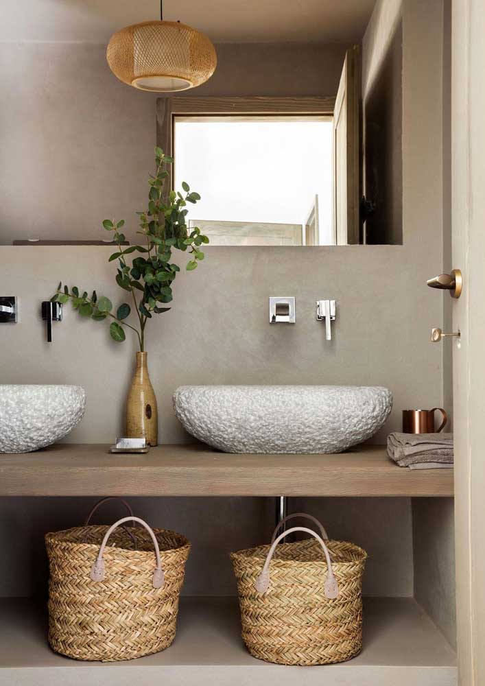 42. Straw baskets guarantee a rustic and cozy atmosphere for the bathroom.