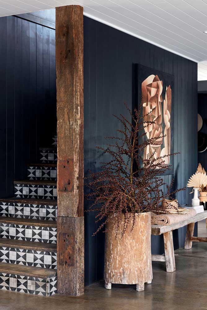 42. This corridor is a class on how to make a rustic and elegant decoration.