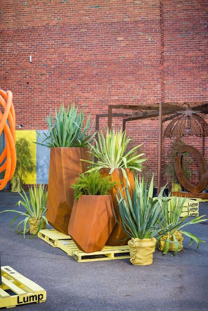 44. If you don't give up your plants, you can bet on the pot made of corten steel.