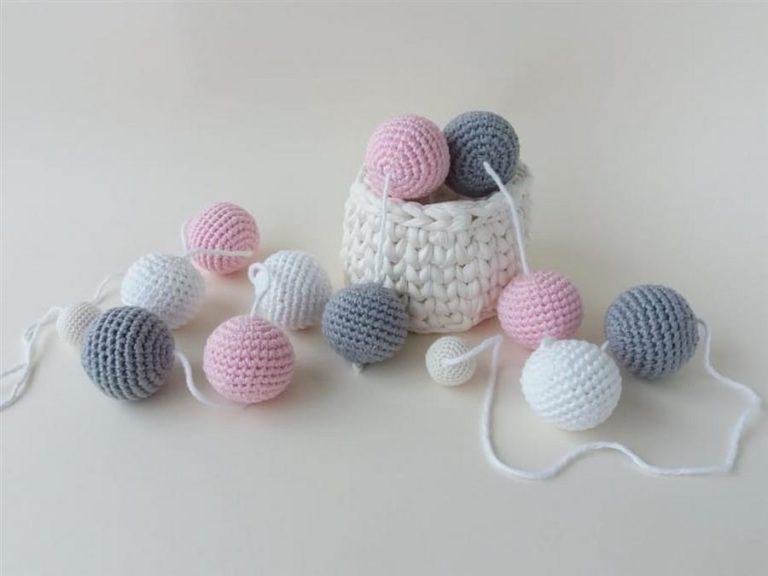 7 - Clothesline of crochet balls to decorate children's room