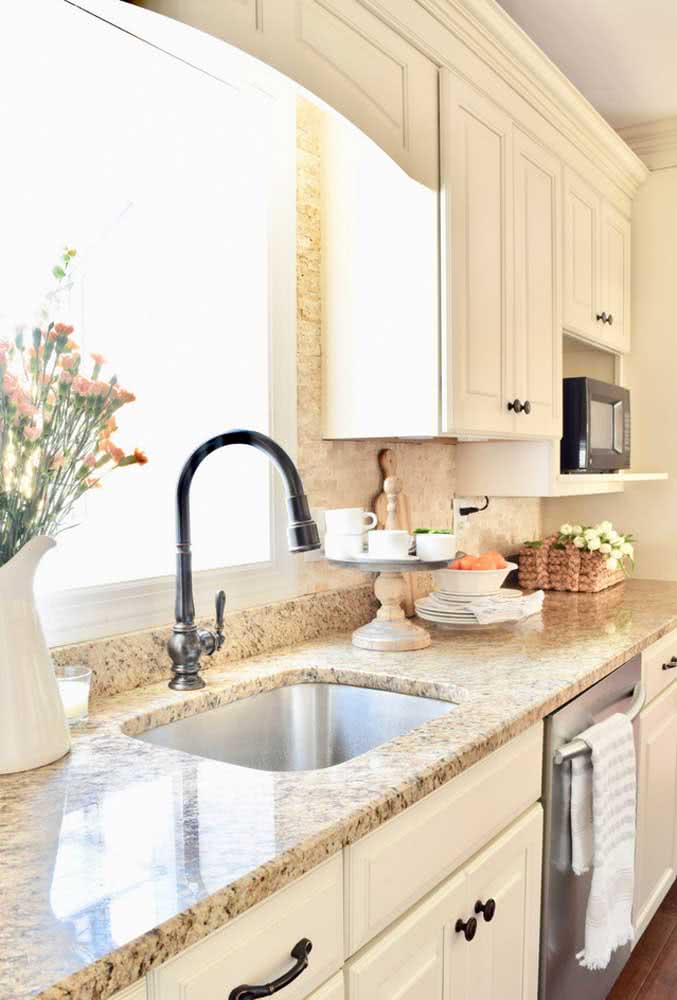 7 - The classic kitchen bet on the yellow granite countertop to gain comfort.
