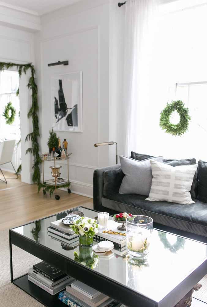 01. Simple and cheap Christmas decoration the wreath and a beautiful vase of flowers are enough to decorate your home for Christmas