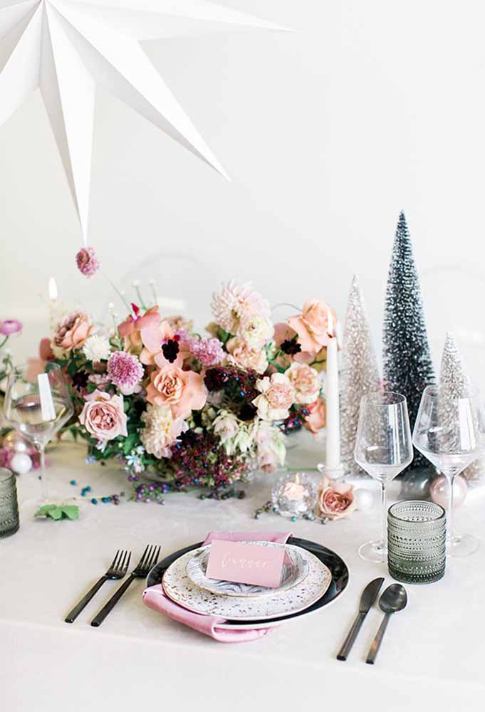 02. A beautiful arrangement already makes a big difference on the Christmas table.