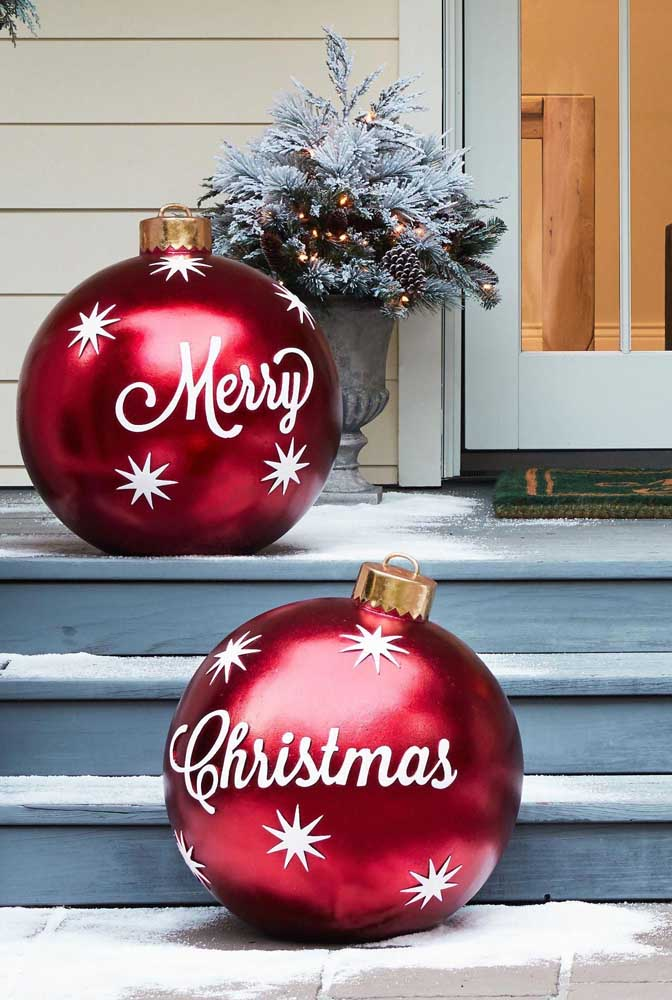 02. How about making big Christmas balls to put in the entrance of the house?