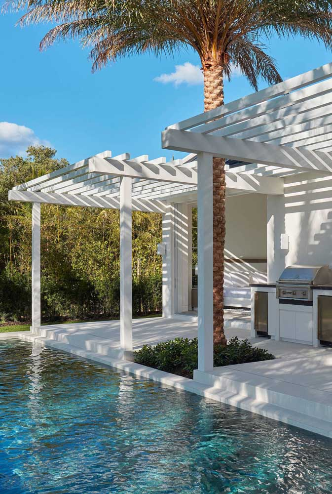 02. Recreation area with barbecue integrated into the pool. The pergola guarantees that umbrella on sunny days.