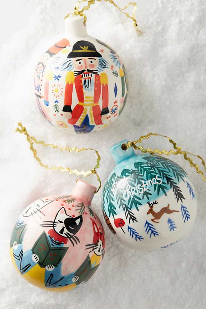 03. Handmade Christmas balls are great options for those who want to exercise their artistic side.