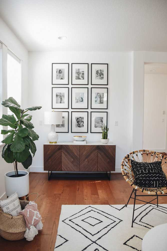 04. For those who are more organized and detailed, place the photos inside frames of the same size and shape and organize them on the living room wall.