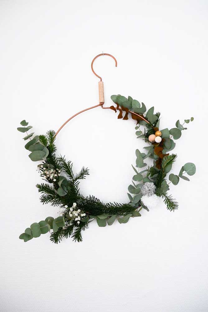 06. This idea of a wreath is really cool here, the proposal was to reuse an unused hanger.