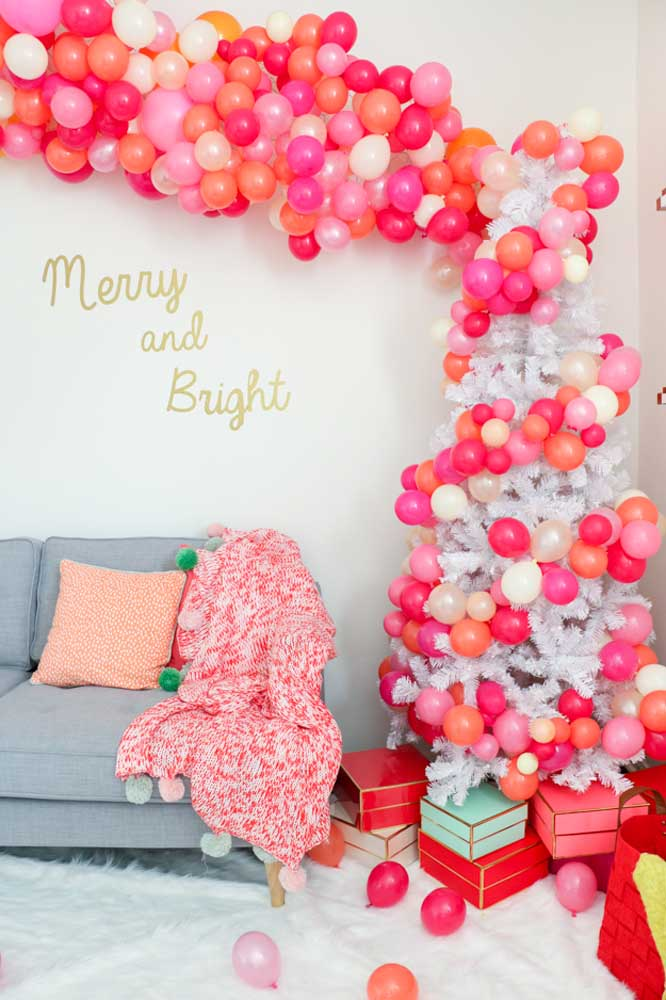 07. See how it is possible to decorate the Christmas tree with balls made of deconstructed balloons.