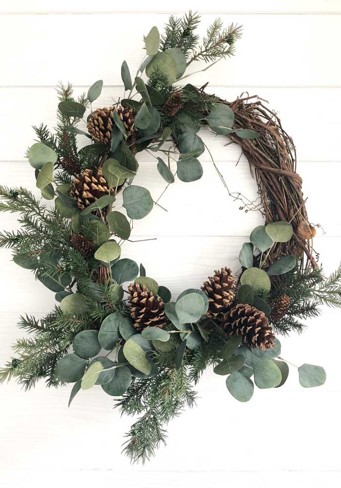 08. Dry branches, pine cones and green leaves make up this other model of Christmas wreath.