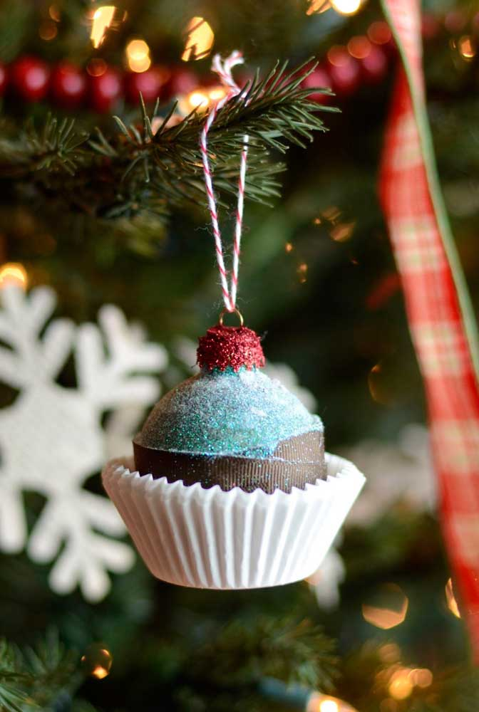 08. To make your guests mouth water, decorate the Christmas tree with sweets.