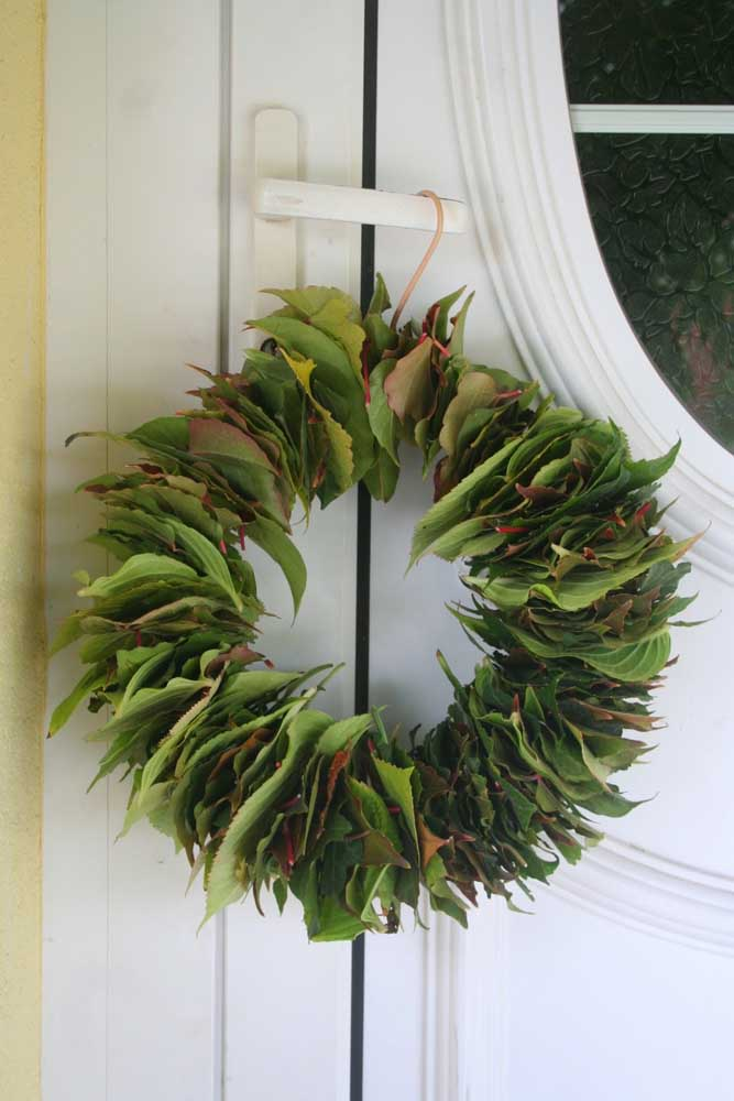 09. Call the children to collect tree leaves and, on the way back, assemble a wreath like this one; look how different and creative!