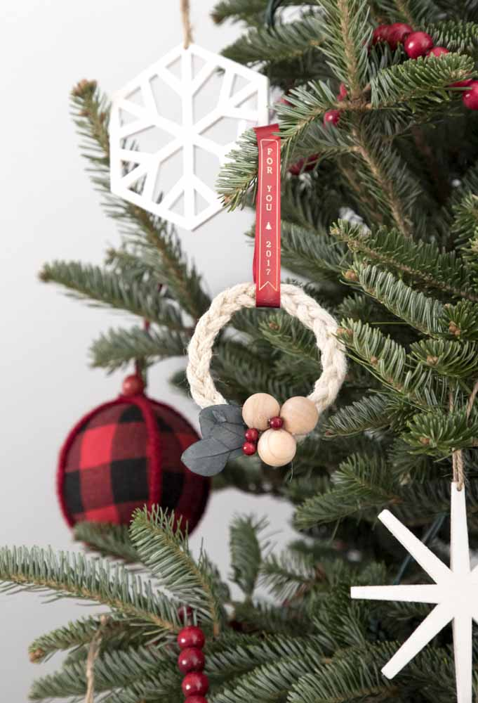 10. Make the Christmas tree ornaments yourself. In addition to being economical, it can be a therapy