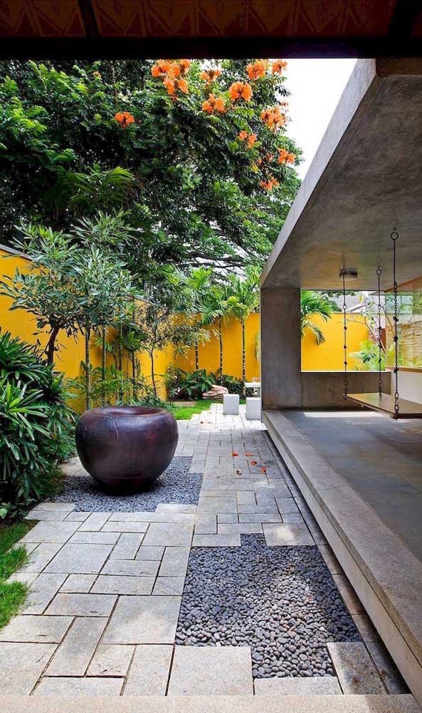 11. In this modern garden, the São Tomé stone floor was interspersed with the use of pebble stones.