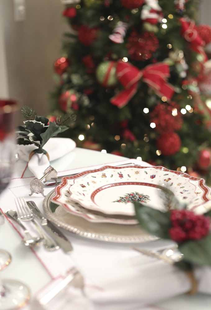 15. Plates decorated with Christmas symbols to compose the supper table